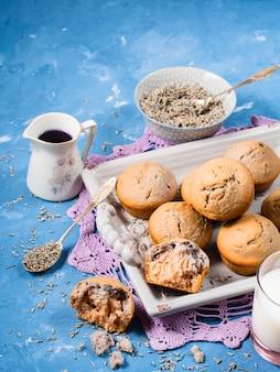 Muffins à la lavande sur plateau pour le petit déjeuner