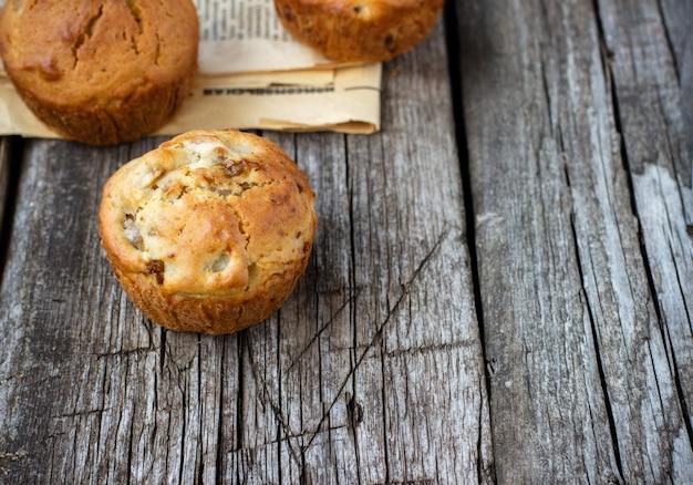 Muffins maison aux pommes sur une table en bois