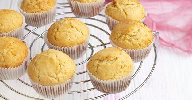 Les muffins maison classiques sont refroidis sur une grille pour refroidir les cupcakes à la vanille fraîche se bouchent à la vanille