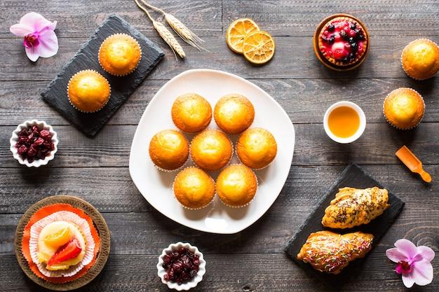 Muffins maison délicieux avec du yaourt sur un fond en bois avec un espace pour le texte.