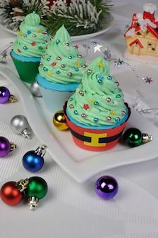 Muffins de noël dans un arbre avec des étoiles et des ballons