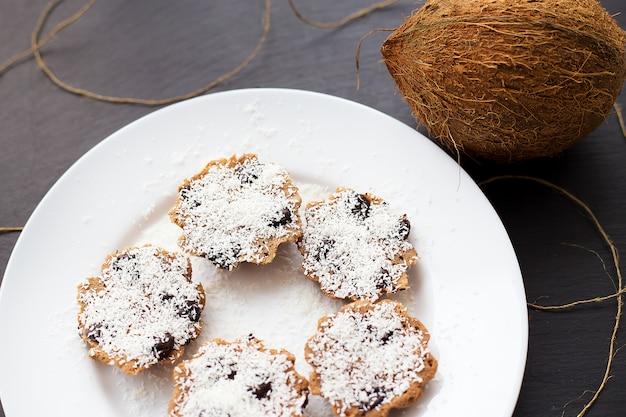 Muffins à la noix de coco sur une surface noire