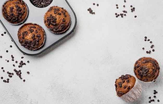 Muffins sur plaque à pâtisserie et cadre à muffins