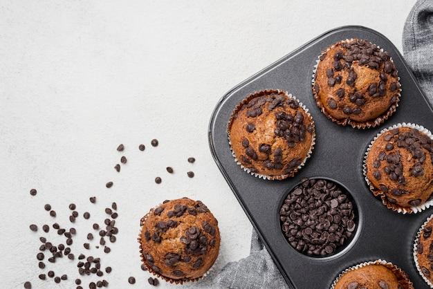 Muffins sur une plaque à pâtisserie et pépites de chocolat