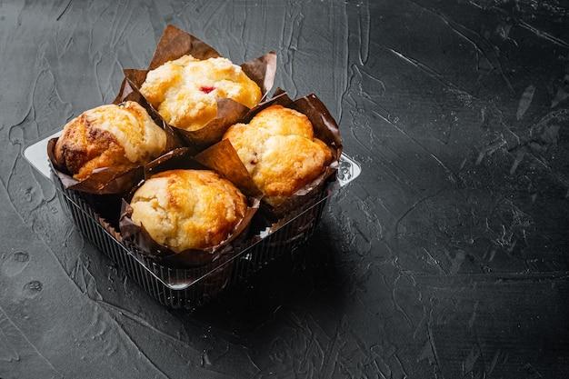 Muffins en plastique, boîte de récipient, sur fond noir