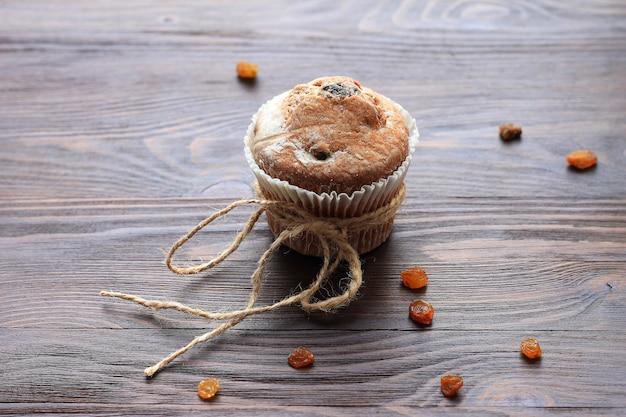 Muffins et raisins secs sur la table en bois brune