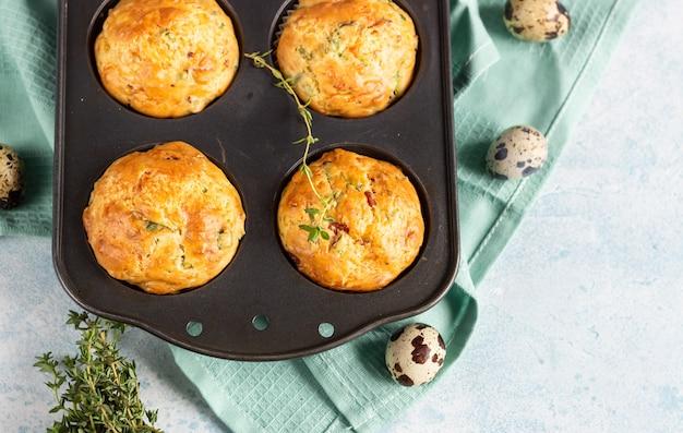 Muffins salés au bacon, œuf de caille, oignon vert et fromage
