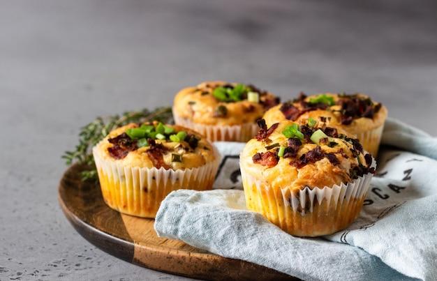 Muffins salés avec du bacon, œuf de caille, fromage à l'oignon vert