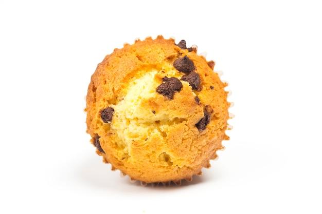 Les muffins savoureux au chocolat isolés sur fond blanc.