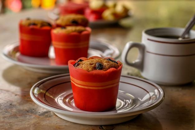 Muffins sucrés, café et fruits - un petit-déjeuner traditionnel dans un hôtel de l'île de bali en indonésie, un restaurant dans la rue sous un auvent