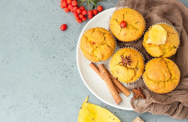 Muffins sucrés à la citrouille et aux carottes avec épices