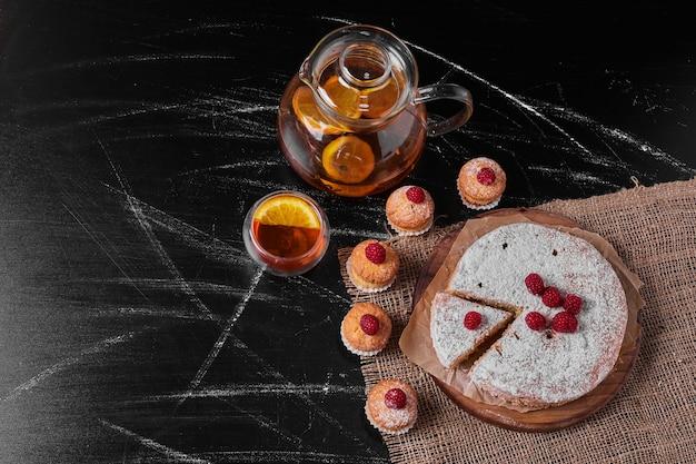 Muffins avec tarte au citron sur un plateau en bois.