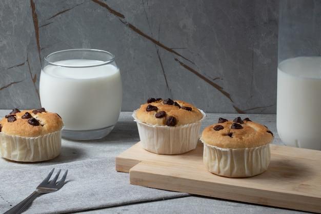 Muffins traditionnels avec des gouttes de chocolat.
