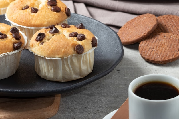 Muffins à la vanille avec goutte de chocolat et biscuits au chocolat avec café.