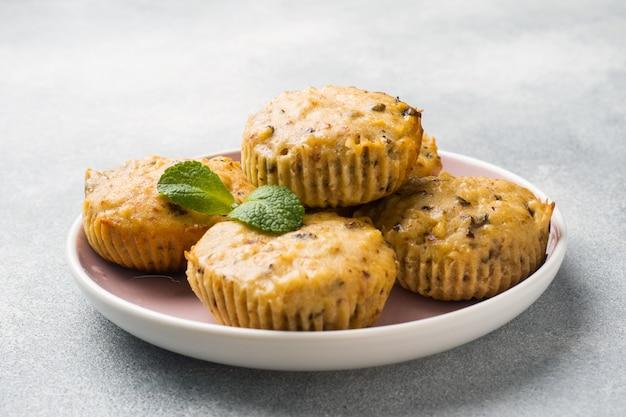 Muffins végétariens à l'avoine avec myrtilles et noix sur une assiette