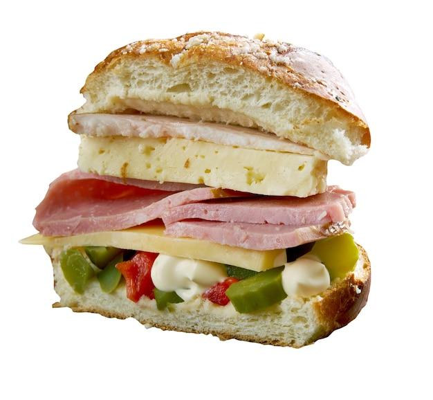 Muffuletta - type de pain de sésame sicilien rond et un sandwich populaire, la nouvelle-orléans, louisiane