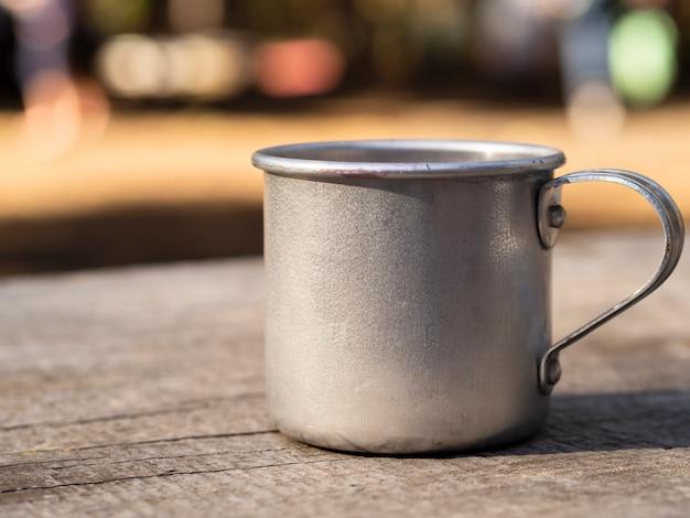 Mug en aluminium sur une surface en bois