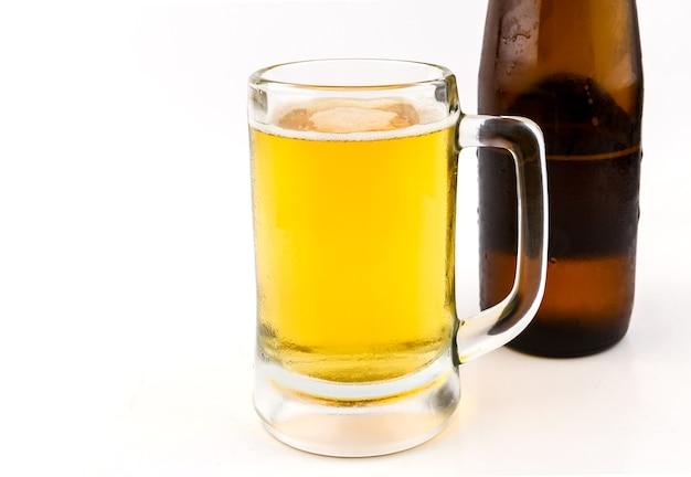 Mug à bière sur fond blanc