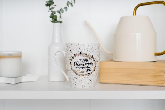 Mug blanc sur l'étagère avec théière