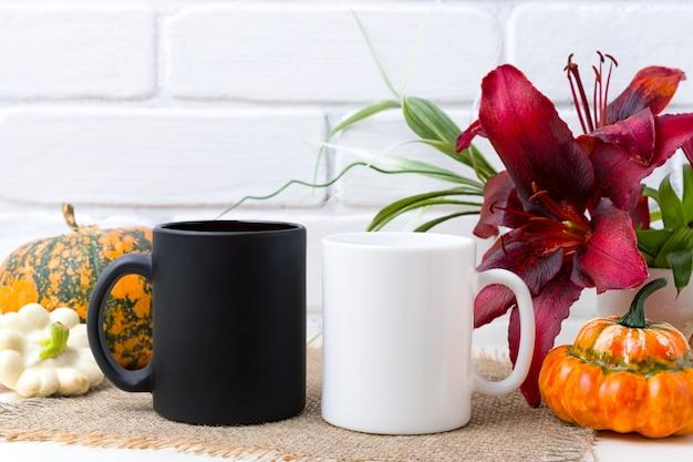 Mug blanc et noir avec citrouille et lys rouge