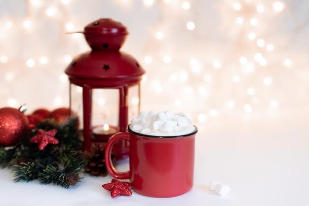 Mug avec boisson chaude et biscuits de noël