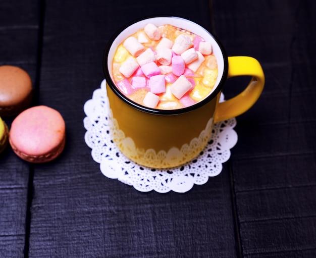 Mug avec cacao et morceaux de guimauve colorée