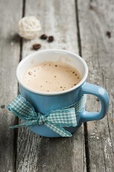 Mug cappuccino sur table en bois