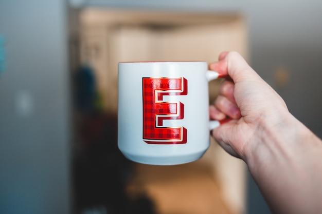 Mug en céramique blanc et rouge avec focus