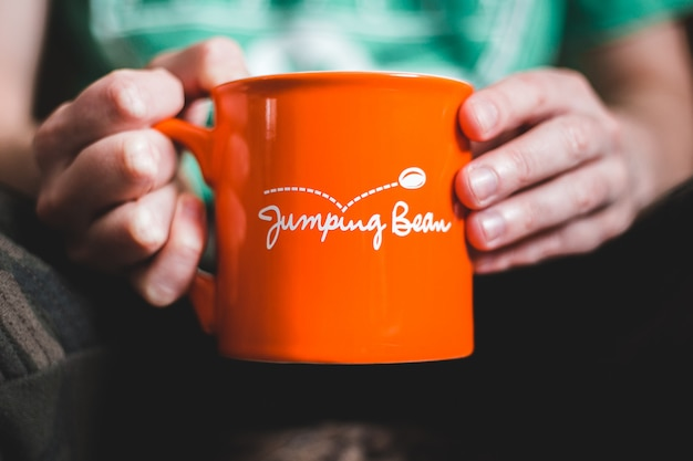 Mug en céramique orange et blanc