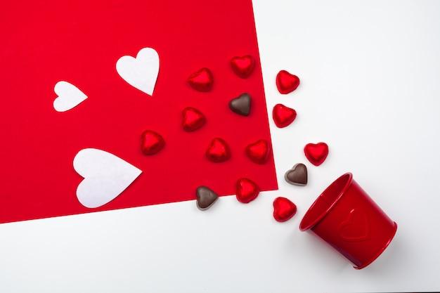 Mug avec des coeurs en chocolat. composition à plat romantique, concept saint valentin