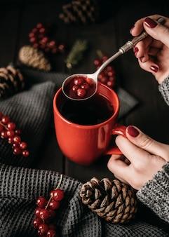 Mug grand angle avec boisson chaude et canneberges