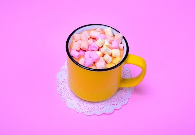 Mug jaune avec cacao et morceaux de guimauve colorée