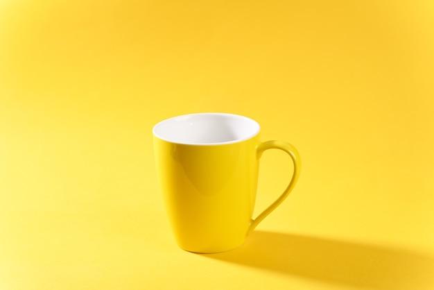 Mug jaune sur fond jaune