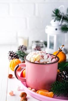 Mug rouge au chocolat chaud avec guimauve fondue