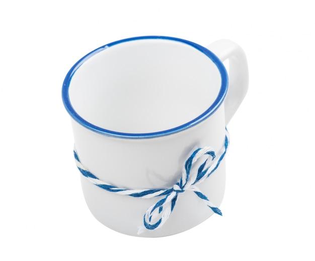 Mug rustique en céramique blanche bleue isolée