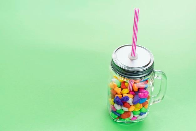 Mug en verre de cocktail au caramel sucré pour une fête.