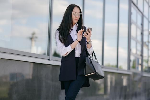 Mujer de móvil mirando