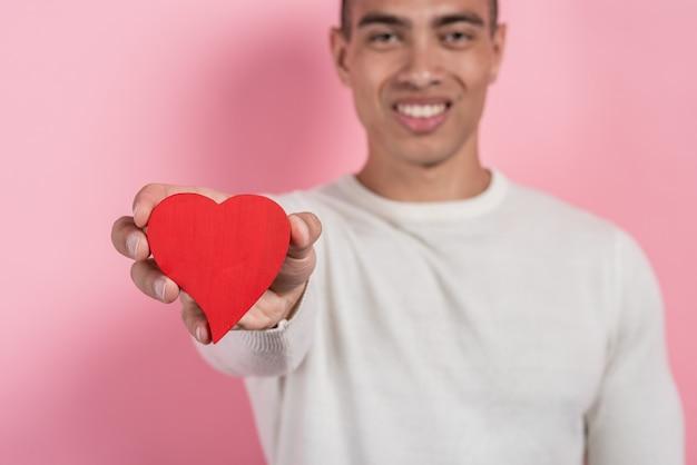 Mulâtre tenant un coeur dans sa main droite.