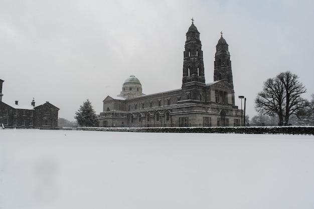 Mullingar catedral of crist the king lors de fortes chutes de neige. monochromatique