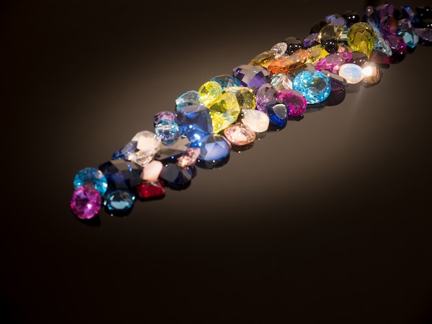 Multi couleur de pierres précieuses ou de gemmes sur la table de brillance noire