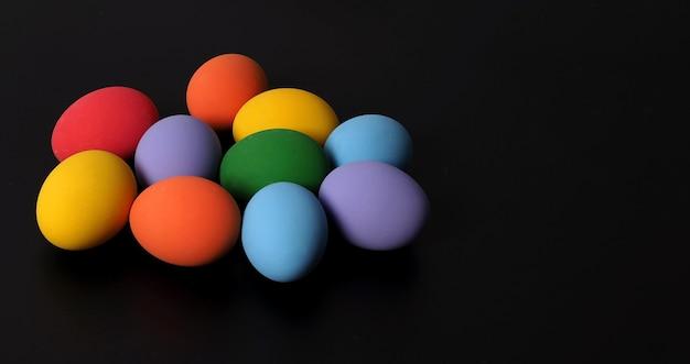 Multicolore d'oeufs de pâques sur fond en studio avec gros plan qui comprend de nombreuses couleurs