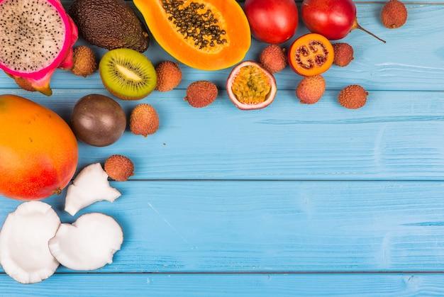Multifruit frais mûrs sur fond de bois bleu