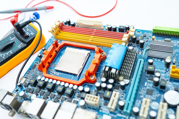 Multimètre avec carte principale, maintenance, réparation et vérification du concept de matériel informatique.