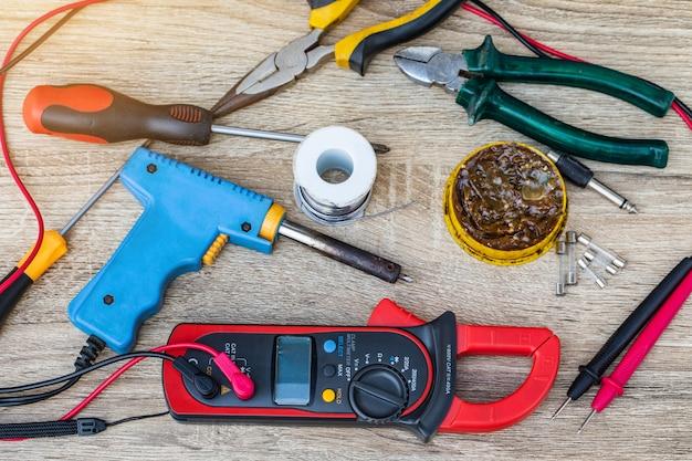 Multimètre numérique pour la réparation d'appareils électriques.