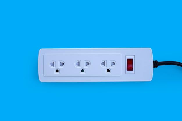 Multiprise électrique sur mur bleu. vue de dessus