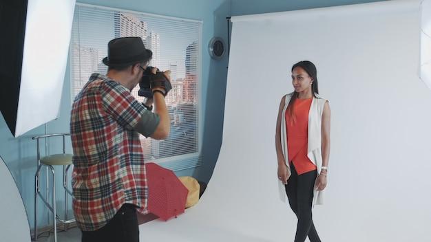 Multiraciale jeune femme posant pour le magazine de mode.