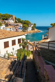 Municipalité côtière de sa tuna sur la côte de begur en été, gérone sur la costa brava de catalogne en méditerranée