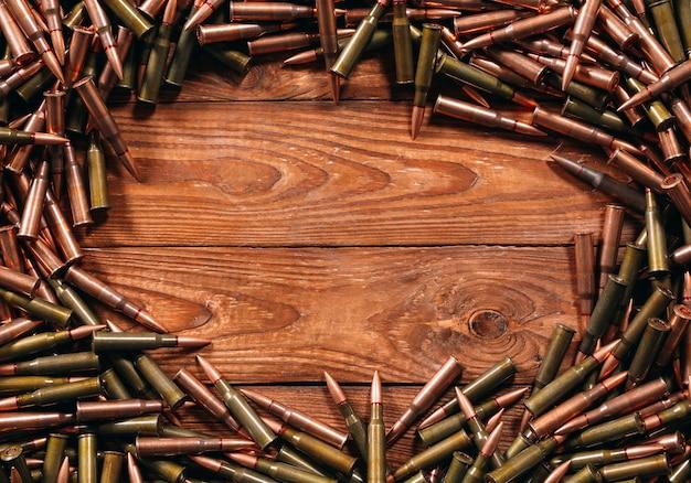 Munitions différentes sur fond en bois.