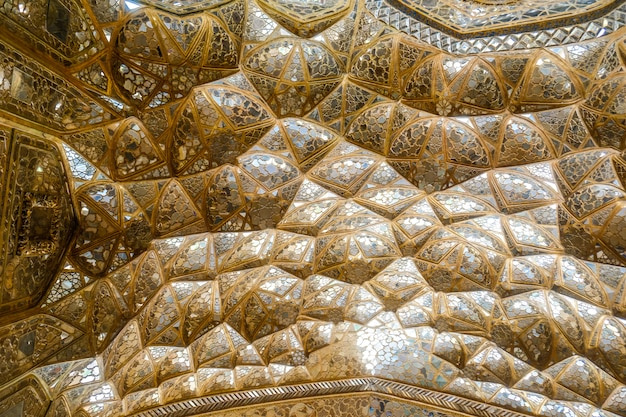 Des muqarnas dorés voûtés avec des miroirs au palais chehel sotoun. ispahan, iran.