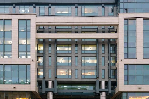 Mur de bâtiment de bureau avec des fenêtres à moscou